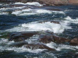 800px-Small_waves_grinding_the_rocky_shore_of_the_Bengtskar_island